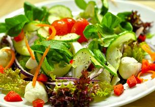 Zeleninový salát s lososem