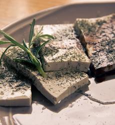 Brambory zapečené s tofu, zeleninou a sojovou smetanou